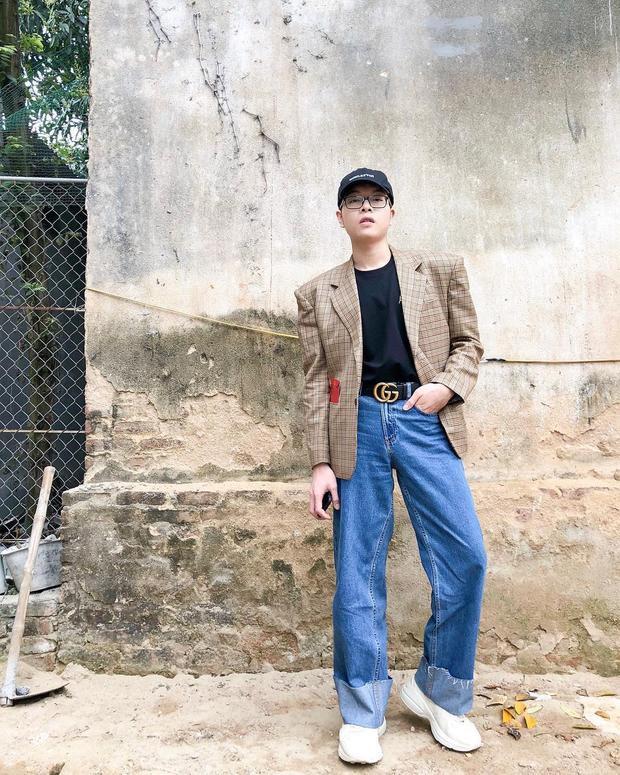 Áo thun + quần jean là set đồ cơ bản nhưng chưa bao giờ lỗi thời, hơn thế nó có thể ứng dụng mọi lúc mọi nơi vô cùng tiện lợi. Là một tín đồ thời trang, Đức Phúc cũng không bỏ qua set đồ này. Để bớt nhàm chán, anh chọn áo độn vai khoác ngoài làm điểm nhấn nổi bật.