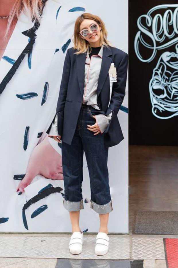 Giới trẻ khắp nơi cũng hưởng ứng trào lưu áo độn vai không kém các ngôi sao. Chiếc áo blazer độn vai cùng sơ-mi tay chuông và quần jeans được kết hợp trẻ trung, năng động.