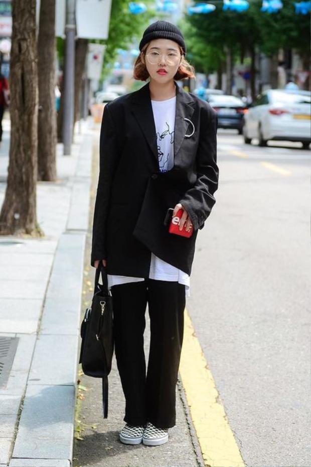 """Blazerđộn vai phom dáng oversize cùng áo thun pop-art cũng là một """"combo"""" thời trang khá thú vị."""