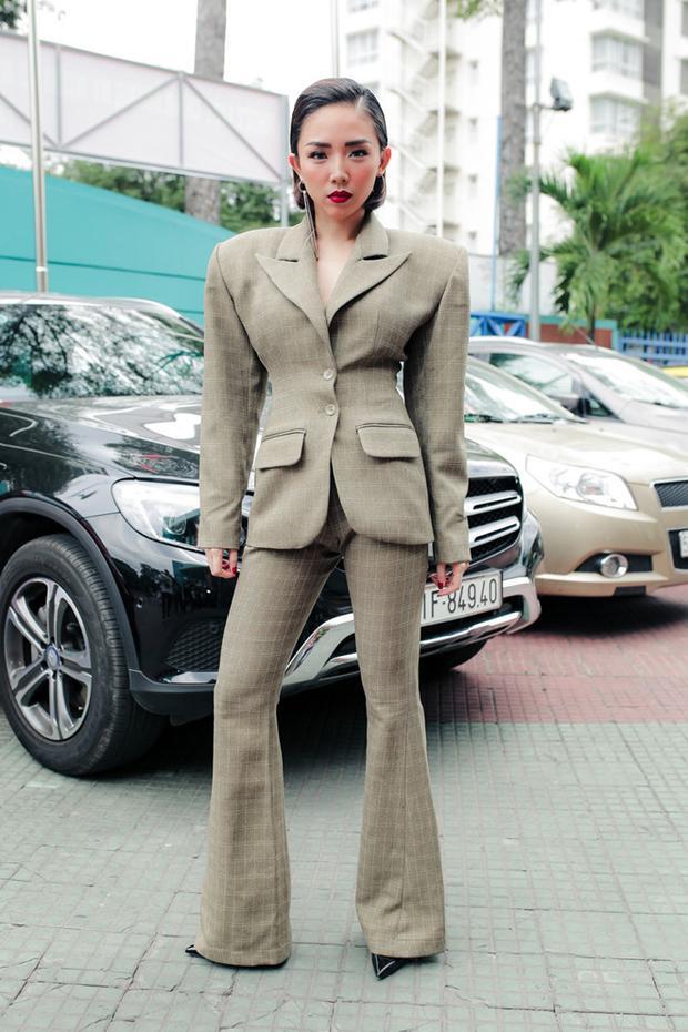 Tóc Tiên cũng từng ứng dụng trào lưu áo độn vai. Tuy nhiên tổng thể trang phục của ca sĩ có phần hơi sai sai vì thân hình khá bé nhỏ của cô nhưng bộ đồ thì quá to tướng.