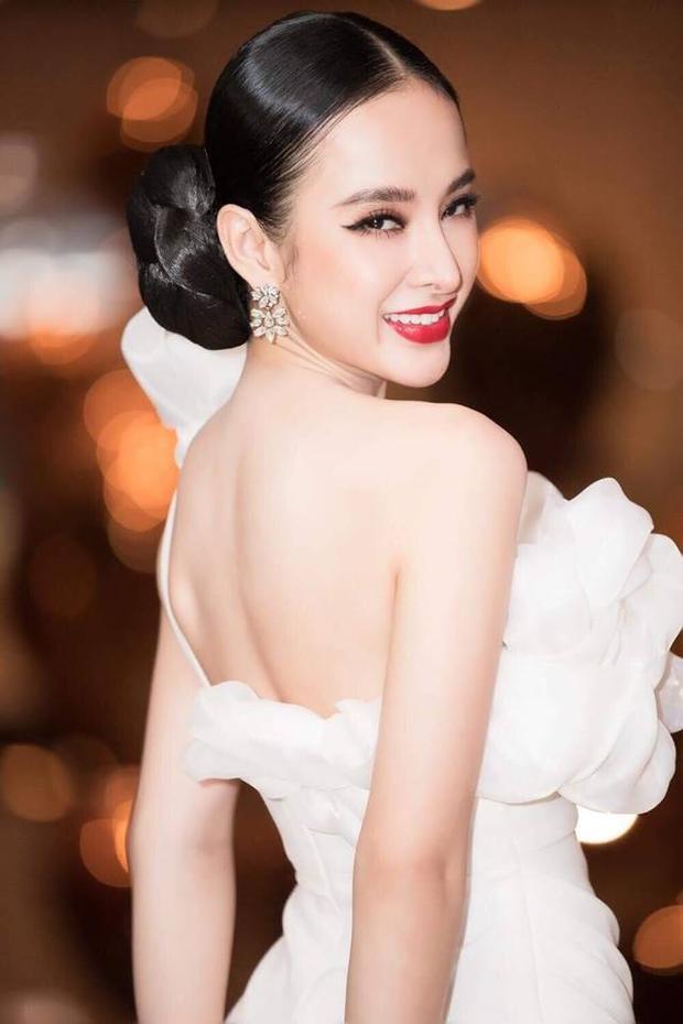 Nếu Hương Giang chọn mái tóc đuôi ngựa thì Angela Phương Trinh chọn mái tóc búi cục cao khoe được đường nét gương mặt sắc sảo.