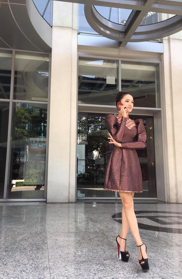 Trước đó, Hoa hậu Hương Giang lại vô tình đụng hàng với hai nàng hậu đình đám trong Vbiz khi khoe dáng thon gọn, đôi chân dài thẳng tắp trong một thiết kế đầm xòe tay phồng. Bộ đầm làm nổi bật nhan sắc kiêu kỳ, sang chảnh của nàng Tân hậu.