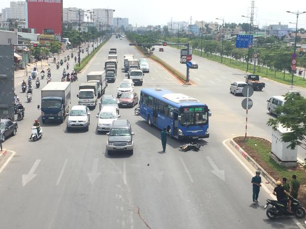 Băng qua đường, thanh niên bị xe buýt húc văng nhiều mét nguy kịch