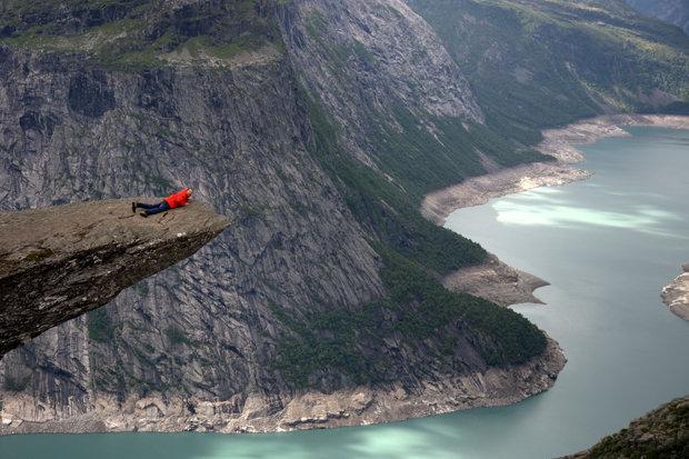 Khách du lịch đổ xô đến Trolltunga và chọn đứng trên rìa của ghềnh đá này để trải nghiệm cảm giác tuyệt vời.