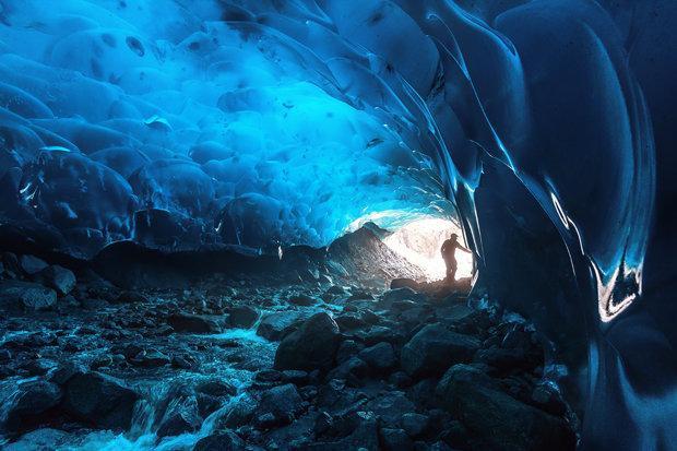 Hang động băng Mendenhall nằm dưới dòng sông băng Mendenhall gần khu vực Juneau.