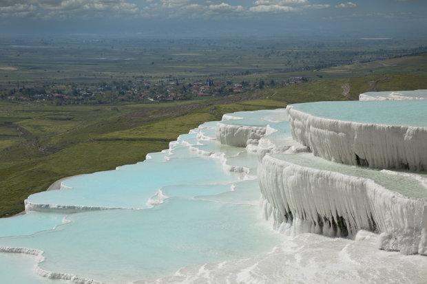 Suối nước nóng ở Pamukkale có nhiệt độ từ 35-100 độ.