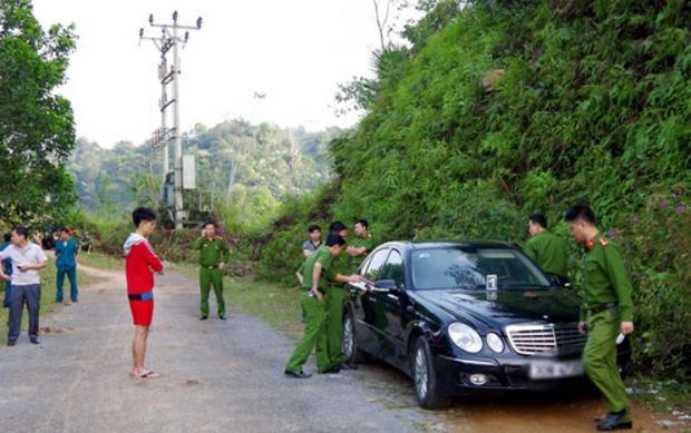 Khu vực nơi phát hiện 3 thi thể trong cùng một gia đình trên chiếc xe ô tô đỗ ven đường. Ảnh: Báo Hà Giang