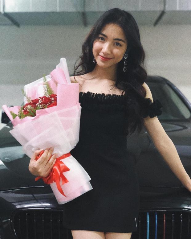 """Hòa Minzy chưng diện chiếc váy ngắn đen với chi tiết bèo dún ngang ngực khá điệu đà. Giọng ca """"Ăn gì đây"""" chỉ sử dụng phụ kiện hoa tai bản to nhằm tạo điểm nhấn."""