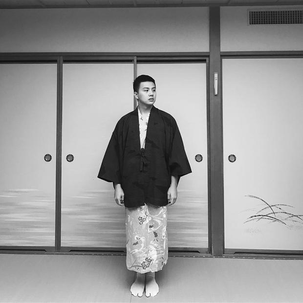 Đang tận hưởng chuyến du lịch tại Nhật Bản, Duy Khánh Zhou Zhou không bỏ lỡ dịp được mặc thử trang phục kimono truyền thống của đất nước mặt trời mọc. Anh chàng chọn kiểu áo đen trơn màu để tạo phần nam tính.