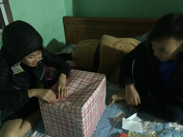 Háo hức mở quà! Ảnh: Chung Van Nguyen.