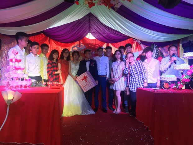 Hội bạn thân chụp ảnh cùng cô dâu chú rể. Ảnh: Chung Van Nguyen.