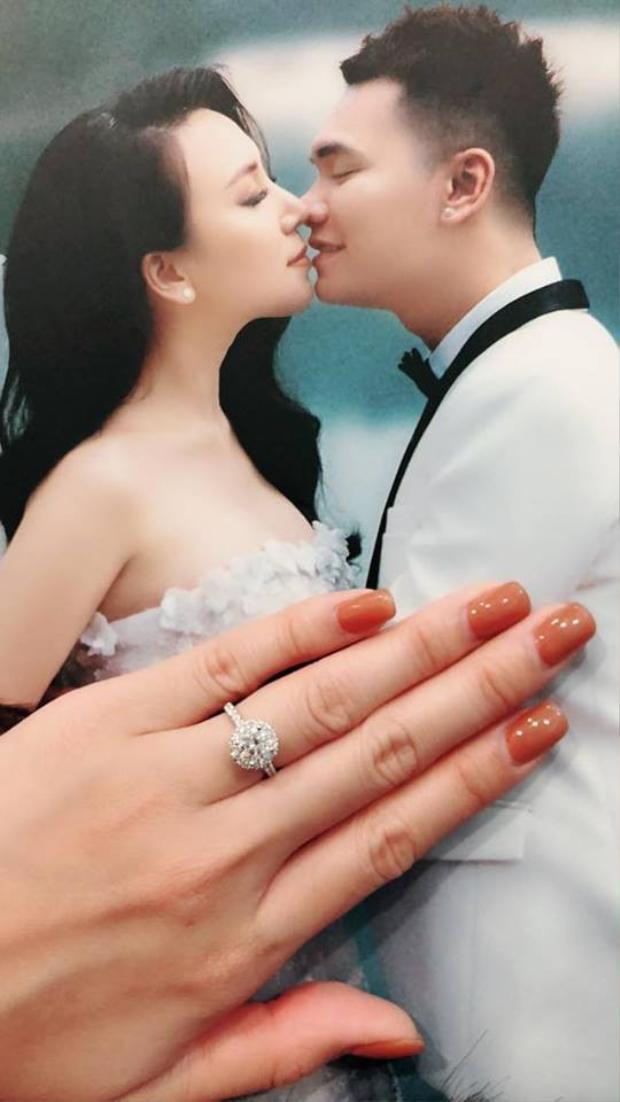 """Thanh Thảo - bạn gái Khắc Việt """"khoe"""" nhẫn kim cương được nam ca sĩ tặng trước ngày cưới."""
