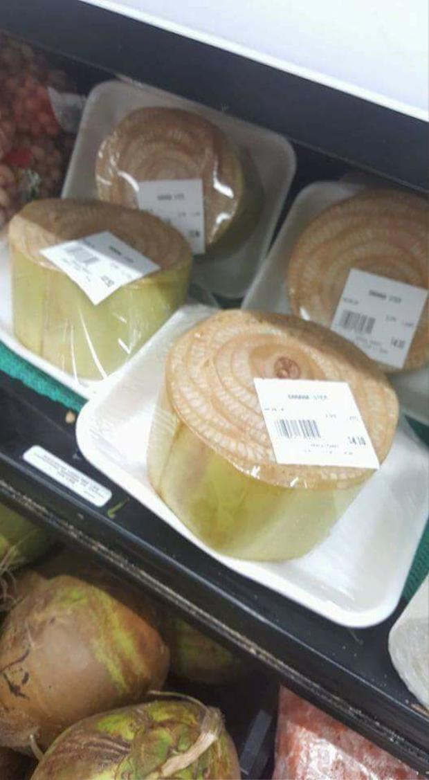 Thân chuối được bày bán trên kệ tại cửa hàng tạp hóa ở Nhật. Mỗi khúc thân chuối chỉ bé bằng lòng bàn tay nhưng có giá tới 280 nghìn đồng. Trong khi đó, thân chuối ở Việt Nam thường rẻ như cho.