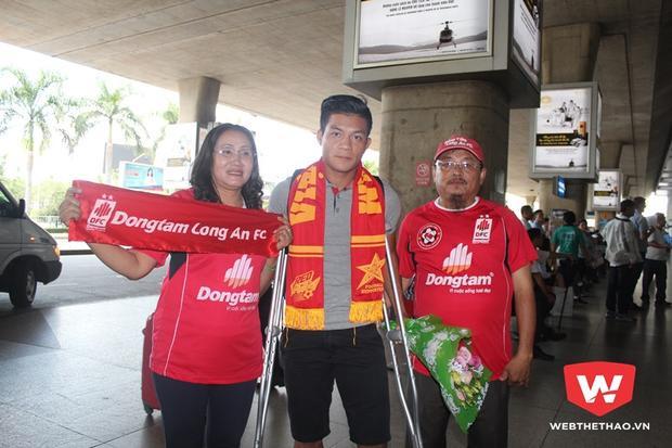 Ông Trần Anh Tuấn (bìa phải) - Chủ tịch Hội CĐV bóng đá Long An. Ảnh Webthethao.