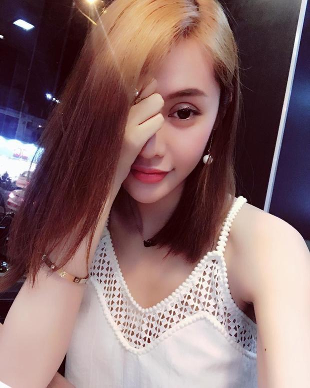 Đây là một trong những hình ảnh mới nhất của Linh Chi trong thời gian gần đây. Có thể thấy mí mắt của cô dày một cách bất thường.