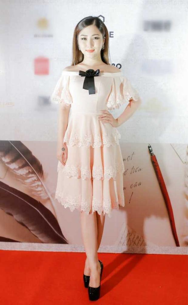 """Tham dự một sự kiện tại TP. HCM, giọng ca """"Cánh hoa tàn"""" khiến người đối diện bất ngờ khi lựa chọn chiếc váy xòe ren xếp tầng với chi tiết trễ vai nhẹ nhàng. Cách chọn trang phục phù hợp đã góp phần khiến Hương Tràm thêm phần ngọt ngào, nữ tính."""