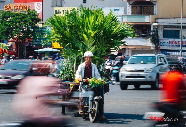 """Bao nhiêu năm mặc nắng mặc mưa, những con xe chở """"chợ xanh"""" vẫn rong ruổi khắp phố phường, mang theo niềm thương nhớ của người Sài Gòn."""