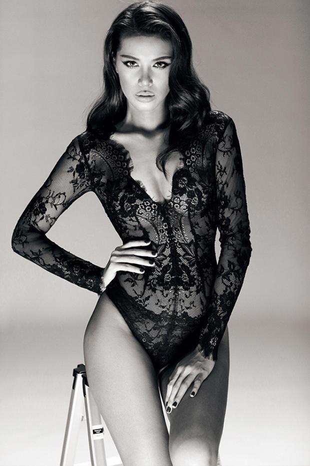 """Có lẽ Minh Tú là người đẹp sở hữu bộ sưu tập quần ren đen nhiều nhất trong dàn người đẹp Vbiz. Điều này được chứng minh qua số lần cô diện chúng một cách không đếm xuể. Nên Minh Tú chính là """"Nữ hoàng"""" quần chip ren đen chính hiệu."""