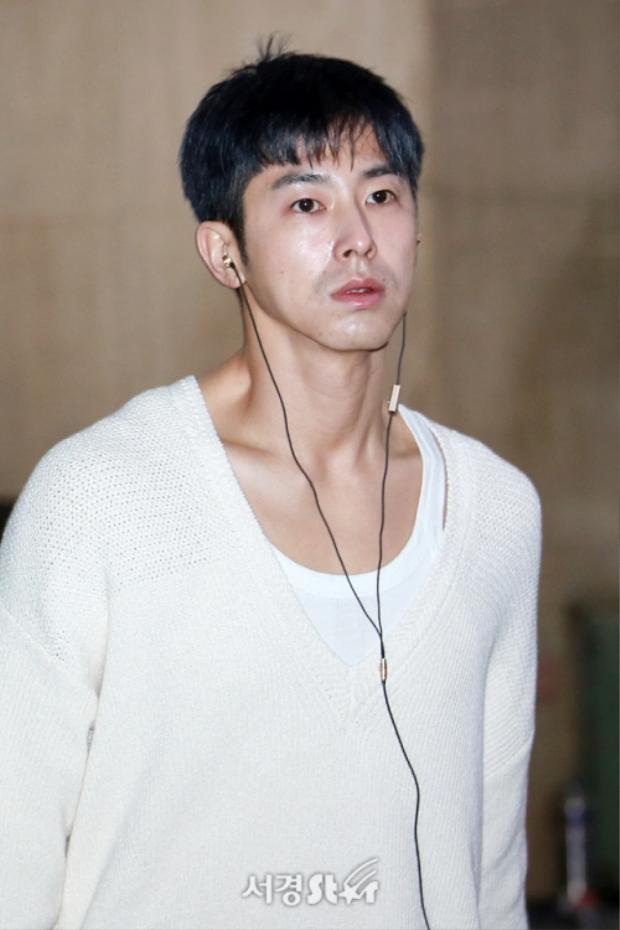 Trước đó không lâu, hình ảnh mệt mỏi đến tiều tuỵ của anh chàng tại sân bay đã khiến fan thấp thỏm lo lắng.