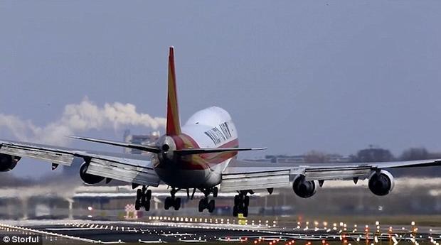 Những cơn gió mạnh thổi trực tiếp một góc 90 độ vào chiếc máy bay khi nó tiếp cận đường băng. Ảnh: Storful