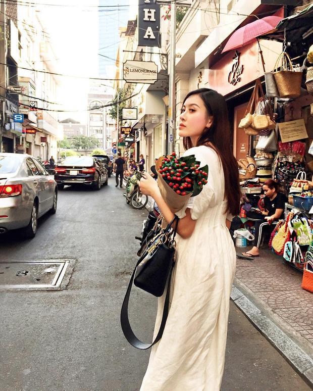 Chiếc váy trắng đơn giản là sự lựa chọn của Hà Lade khi xuống phố. Để tránh đơn điệu, nàng hot girl Hà Nội sử dụng thêm chiếc túi to dạng IT bag làm điểm nhấn.