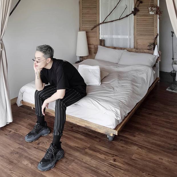 Mặc cả cây đen nhưng với cách mix, match đồ cùng quần kẻ sọc và giày Balenciaga, vẻ ngoài của Kelbin trông không hề nhàm chán mà ngược lại vô cùng chất ngất.