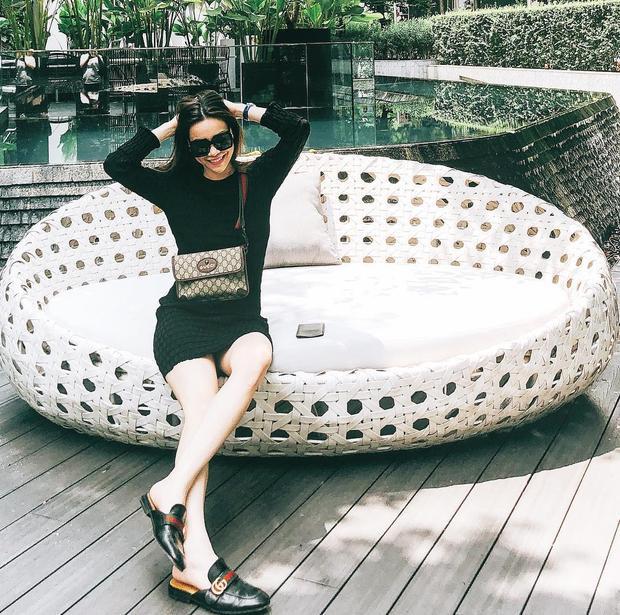 """Cách phối trang phục đơn giản với phụ kiện nhấn nhá cũng được Hồ Ngọc Hà trưng dụng. Giọng ca """"Cả một trời thương nhớ"""" gây ấn tượng với bộ đôi túi đeo chéo và dép loafer của nhà mốt Gucci."""