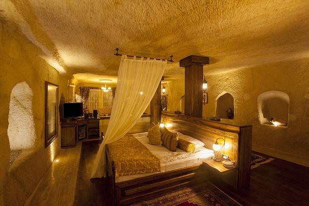 Nếu có dịp nghỉ lại nơi này, bạn sẽ được tận hưởng cảm giác đế vương, với chiếc giường kiểu vua chúa, thảm trải sàn êm ái, phong cách bài trí ấm áp, nội thất sang trọng, ánh đèn vàng càng tạo cảm giác vương giả. Ảnh: Daily Mail