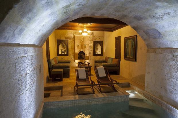"""Các căn phòng """"ít xịn"""" hơn chỉ có một hồ bơi bên trong. Nhưng cũng chẳng kém phần xa hoa. Ảnh: Daily Mail"""
