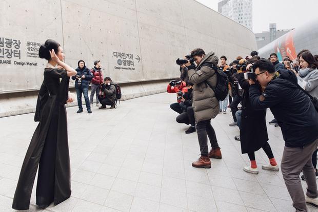 """Giữa """"rừng"""" trang phục đường phố hiện đại, Ngọc Trân tiếp tục nhận được sự quan tâm của phóng viên báo đài quốc tế. Nhiều người nhanh chóng nhận ra đại diện Việt Nam nhờ vào trang phục áo dài lụa truyền thống cũng như ấn tượng với hình ảnh khác lạ mà người đẹp mang đến."""