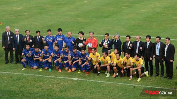 Phó thủ tướng Vũ Đức Đam sau đó có tặng quả bóng kèm chữ ký của đội tuyển Việt Nam cho Tổng thống Hàn Quốc cùng phu nhân.