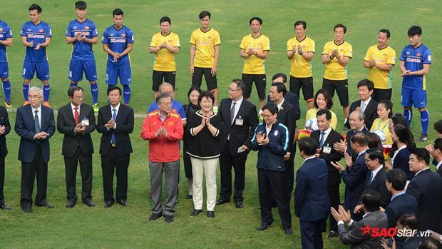 Phó thủ tướng Vũ Đức Đam đến tham dự sự kiện và tặng áo đội tuyển Việt Nam cho Tổng thống Hàn Quốc. Đáp lại, Tổng thống Hàn Quốc tặng áo đội tuyển Hàn Quốc cho Phó Thủ tướng Vũ Đức Đam.