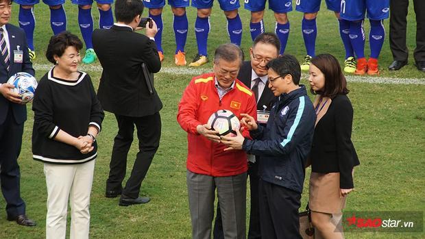 Trước đó, tại trụ sở Liên đoàn bóng đá Việt Nam đã diễn ra lễ ký hợp tác giữa Liên đoàn bóng đá Việt Nam (VFF) và Liên đoàn bóng đá Hàn Quốc (KFA)