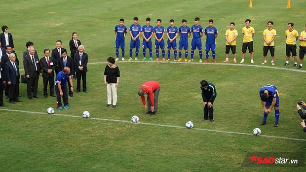 Phó thủ tướng Vũ Đức Đam cùng Tổng thống Moon và Đệ nhất phu nhân Hàn Quốc thực hiện nghi thức sút bóng giao lưu trên sân trong Liên đoàn bóng đá Việt Nam.