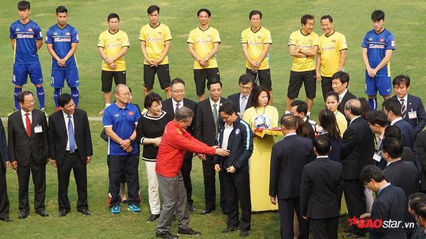 Đây là hoạt động chính thức mở đầu chuyến thăm cấp nhà nước của Tổng thống Moon tại Việt Nam.