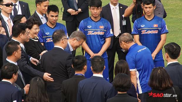 Tổng thống Hàn Quốc và phu nhân Kim Jung Sook, Phó Thủ tướng Vũ Đức Đam, HLV Park Hang Seo và Đội trưởng U23 Việt Nam Lương Xuân Trường cùng thực hiện nghi thức đá bóng tượng trưng.