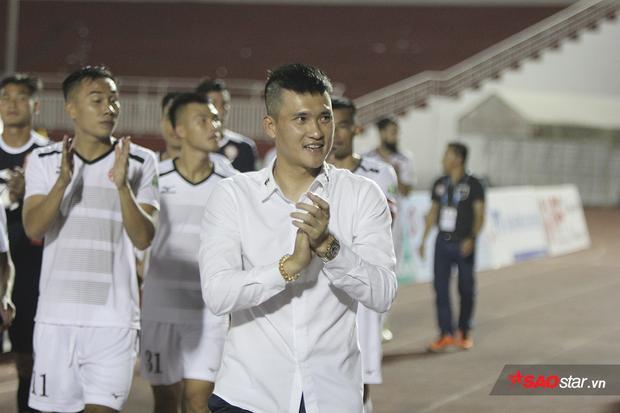Chung cuộc TP.HCM thắng với tỉ số 2-1. Lê Công Vinh cười rạng rỡ trong ngày đội bóng có chiến thắng đầu tiên tại V-League năm nay.
