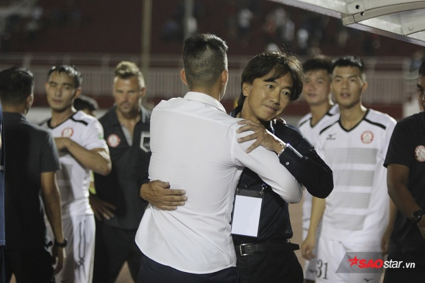 Cựu tiền đạo tuyển Việt Nam ôm thắm thiết HLV Miura sau trận.