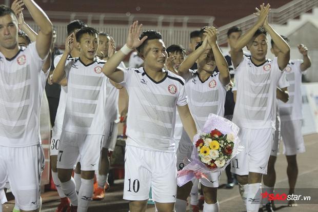 """Trong khi đó, tiền vệ Phi Sơn bất ngờ được cổ động viên """"thưởng"""" một bó hoa tươi thắm cho màn trình diễn xuất sắc của mình."""