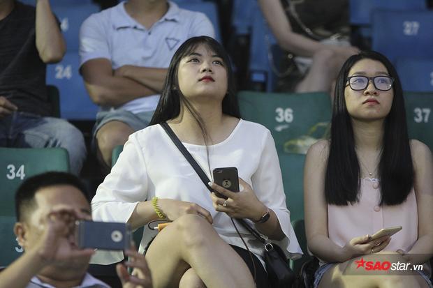 Trận đấu này cũng thu hút không ít người đẹp đến sân theo dõi và cổ vũ.