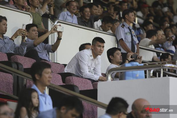 Quyền chủ tịch CLB TP.HCM - Lê Công Vinh lo lắng cho đội bóng của mình. Trước trận đấu này, đội bóng TP.HCM chưa có điểm do để thua FLC Thanh Hóa.