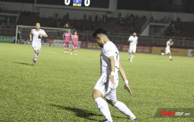 """Chàng tiền vệ có biệt danh """"Ronaldo Việt Nam"""" ăn mừng theo phong cách quen thuộc của CR7 làm các cổ động viên vô cùng phấn khích."""