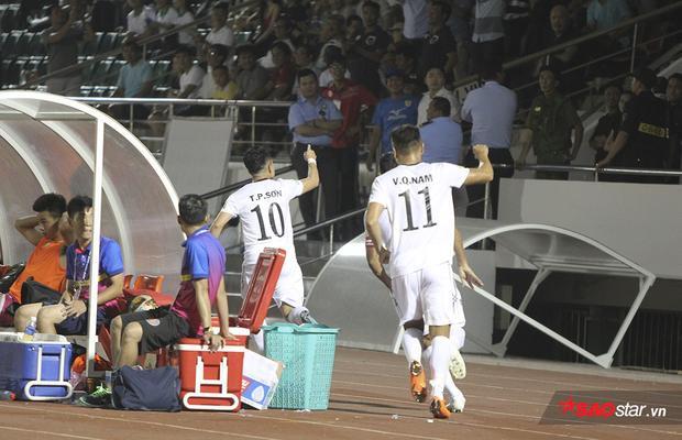 Sau đó, cầu thủ mang áo số 10 cùng đồng đội chạy về phía khán đài A để ăn mừng với khán giả và Quyền chủ tịch Lê Công Vinh.