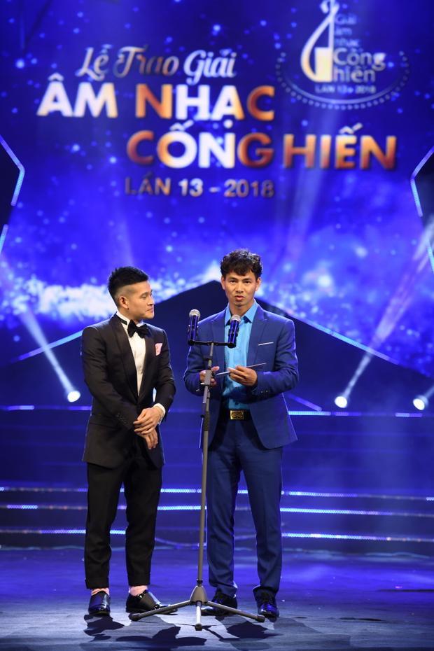 Nối gót Trường Giang, Việt Tú hài hước cầu hôn Xuân Bắc trên sân khấu Lễ trao giải Cống hiến
