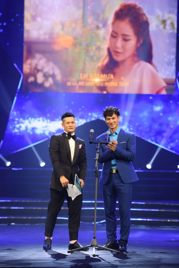 NSƯT Xuân Bắc và đạo diễn VIệt Tú có trò đùa duyên dáng trên sân khấu.