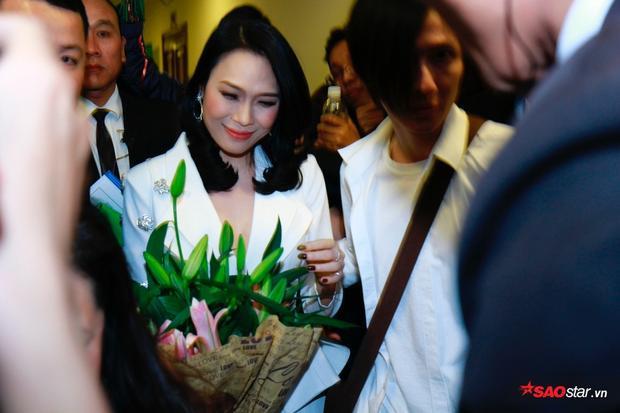 Fan quây kín, tặng hoa Mỹ Tâm hậu sự kiện.
