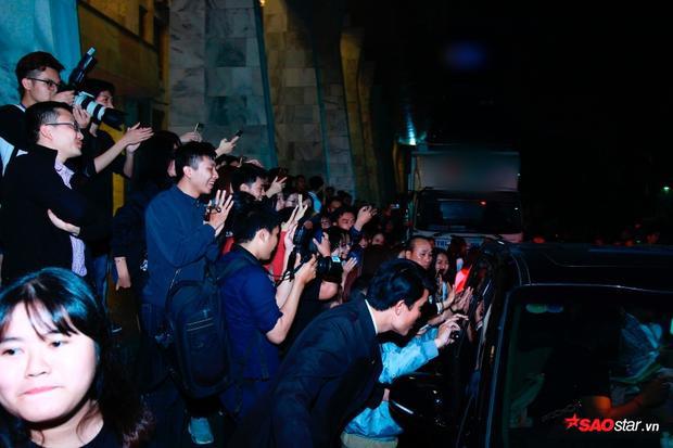 Fan vây kín xe, hò reo ăn mừng chiến thắng của Mỹ Tâm tại Cống Hiến 2018