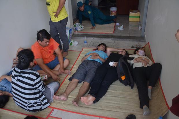 Hình ảnh mọi người nằm nghỉ ở khắp nơi xung quanh tòa nhà.