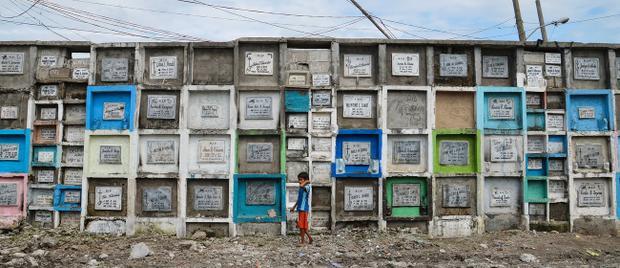 """Trải qua nhiều thập kỷ, điều kiện sống ở các khu ổ chuột trong nghĩa trang vẫn rất thiếu thốn. Không có các dịch vụ cơ bản nhất như trường học, nhà vệ sinh, nhà thờ tại đây. Trẻ em không được đi học, chúng ở nhà rồi đi làm phụ hồ hoặc trông coi lăng mộ. """"Chính phủ chỉ muốn chúng tôi rời đi, nhưng chúng tôi là một phần của cộng đồng này. Chúng tôi đang làm công việc mà không ai muốn, đó chính là chăm sóc cho người thân đã mất của họ"""", ông Ricardo Medina nói."""