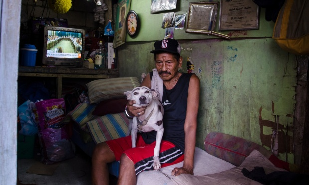 """Ông Ricardo Medina, 70 tuổi, sống ở khu ổ chuột tại nghĩa trang Pasay từ năm 1967. Oong nói: """"Hồi trước không ai sống ở đây nhưng bây giờ có 50 gia đình khác trú ngụ tại nghĩa trang này. Trong khi đó, chỗ chúng tôi chỉ có 2 giếng nước và đó là nhu cầu thiết yếu không thể thiếu được"""". Con trai ông Medina bị cảnh sát bắn chết vào ngày 16/11/2016 do bị cáo buộc tham gia vào một đường dây buôn ma tuý. Medina cũng nói, ông thích sống ở đây bởi như vậy ông có thể sống gần con, có thể nhìn thấy con trai mỗi sáng thức dậy."""